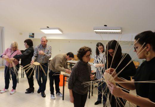 Veciños e veciñas de Lousame aprenden a elaborar cestos da man da artesá Idoia Cuesta