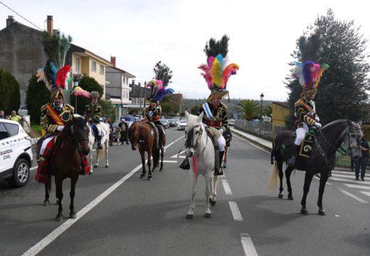 O desfile dos 'xenerais da Ulla'e dos veciños e veciñas de Touro percorre o martes de entroido ás rúas Fonte Díaz