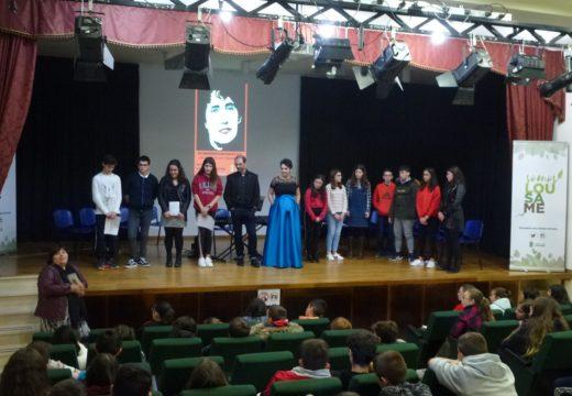 Un cento de rapaces e rapazas do CPI Cernadas de Castro participou nu recital poético musical para conmemorar o Día de Rosalía