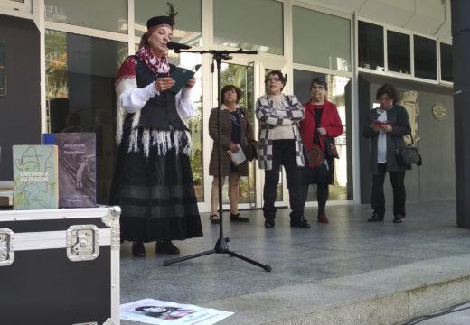 Lectura literaria na praza do Concello para celebrar o Día de Rosalía de Castro