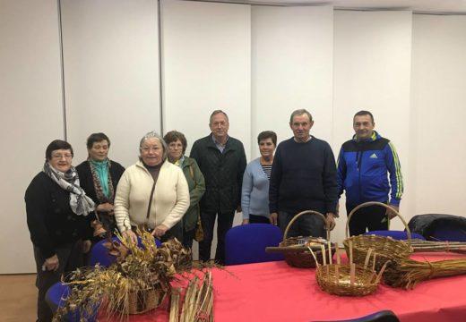 Un grupo de veciños e veciñas de Touro participou no curso de cestería para recuperar a tradición dos vellos oficios