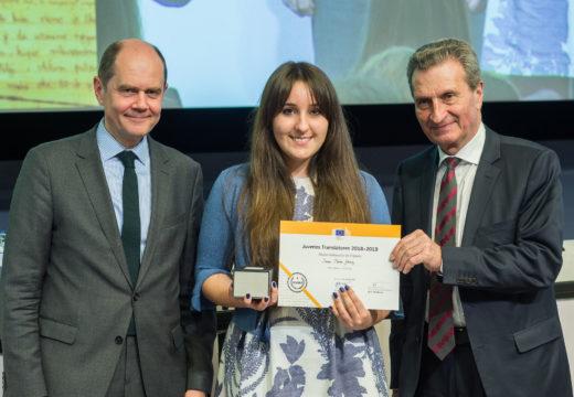 """A alumna do IES de Brión Sara Picos Gómez, recolle en Bruxelas o premio """"Juvenes Translatores"""" da Comisión Europea"""