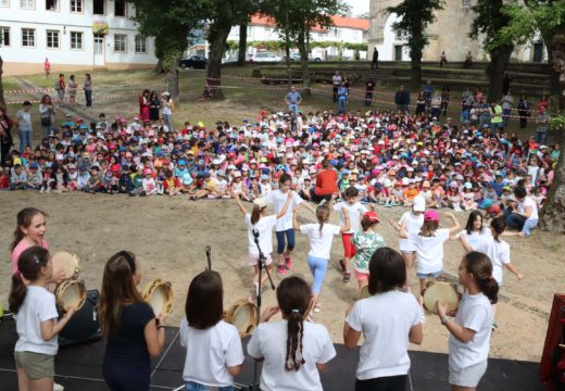 Uns 650 nenos e nenas de Brión homenaxean a Antonio Fraguas na Festa das Letras, celebrada na Carballeira de Santa Minia