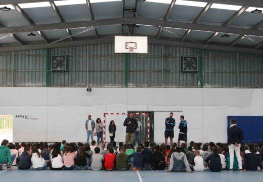 O Concello e o Monbús Obradoiro-Fundación Heracles promoven o baloncesto nos colexios de Ordes