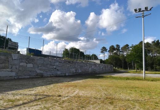 O campo de fútbol de Santa Cruz de Montaos conta cun novo muro de contención