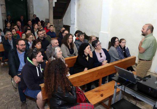 Preto de medio cento de persoas acudiron á conferencia de Manuel Gago dentro do ciclo cultural Un mes e Pico