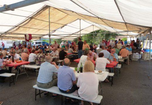 Centos de persoas celebran en Lousame a X Festa Gastronómica do Carneiro ao estilo San Roquiño