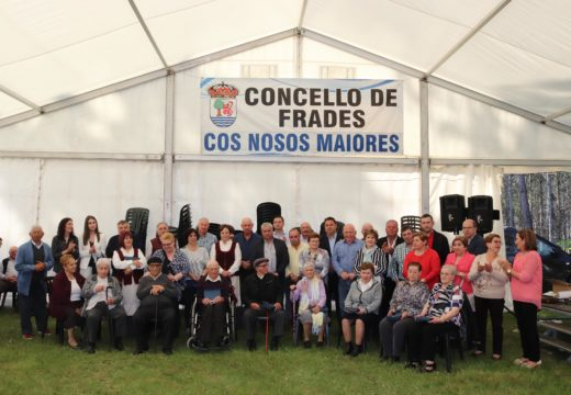 O Concello de Frades homenaxeou aos oito veciños e veciñas de máis de 90 anos que asistiron á XXII Festa dos Maiores