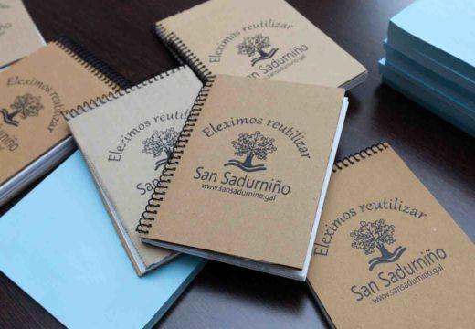 Aspaneps entrega en San Sadurniño as libretiñas feitas con papeletas electorais