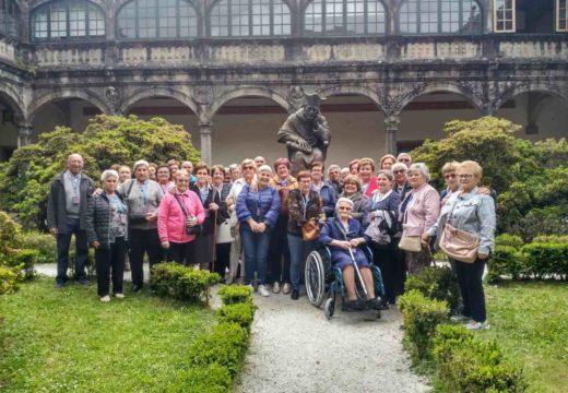 Os maiores dos cursos de ximnasia de mantemento e Mente Activa do Concello de Brión fan unha visita guiada a Santiago