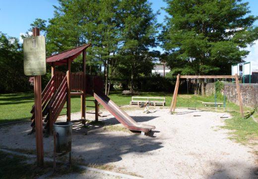 O Concello de Brión investirá 47.000 euros na instalación de pavimento continuo de caucho en tres parques infantís do municipio
