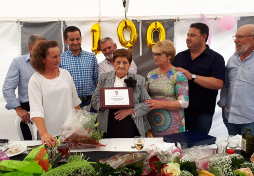 O Concello de Frades homenaxea a Asunción López Oubel, veciña da parroquia de Vitre que vén de cumprir 100 anos