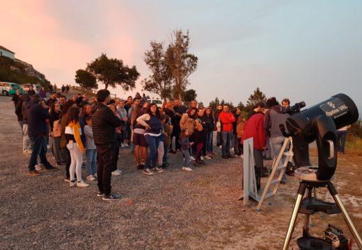 Arredor de cen persoas participaron onte no visionado do eclipse parcial de lúa no Pico Sacro