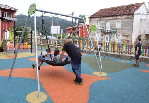 O Concello de Lousame estrea o novo parque infantil do Sanguiñal (Tállara), que conta coa primeira tirolina do municipio