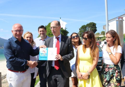 O conselleiro de Sanidade entrégalle ao alcalde de Noia o diploma de ouro da Rede Galega de Praias sen fume