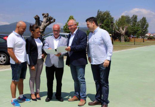 O presidente de Portos de Galicia, José Juan Durán, visita o renovado vial de acceso ao ecoparking de Noia
