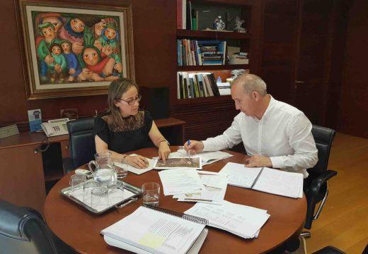 Ethel Vázquez trasládalle ao alcalde de Coristanco o compromiso da xunta para estender a senda peonil da estrada AC-552 ata as inmediacións do centro comercial