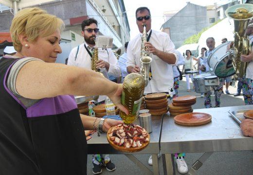 Veciños de Touro e visitantes reencontráronse hoxe na 'Feira dos Emigrantes', que se celebrou nas rúas de Fonte Díaz