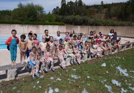 Arredor de 50 nenos e nenas de Touro despediron 'Xullo lúdico', un programa educativo de lecer que concilia vida laboral e familiar