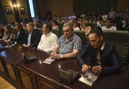 """Multitudinaria e emotiva presentación no salón de plenos do libro póstumo de Plácido Betanzos """"Relatos e lembranzas"""""""