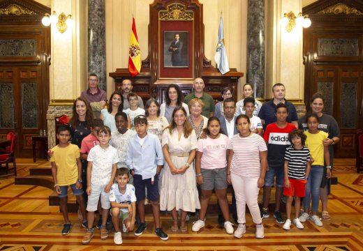 A alcaldesa salienta, na recepción os menores saharauís que participan no programa 'Vacacións en Paz', o carácter acolledor e solidario da Coruña