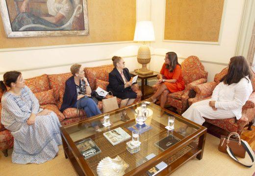 Inés Rey comprometeuse a establecer unha comunicación fluída coa Asociación Provincial de Amas de Casa, Consumidores y Usuarios