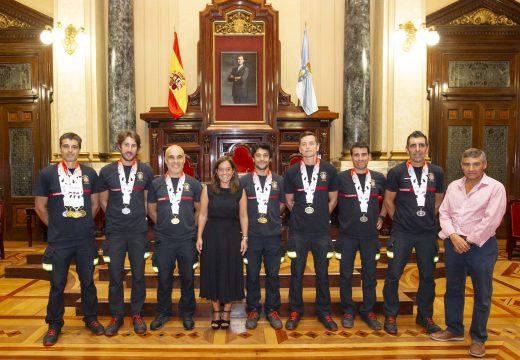 A alcaldesa felicita o equipo de bombeiros polas 11 medallas obtidas nas Olimpíadas de Chengdu, en China