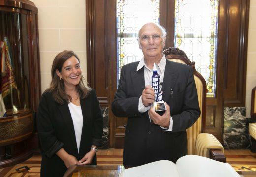 Carlos Saura asina no Libro de Ouro do Concello
