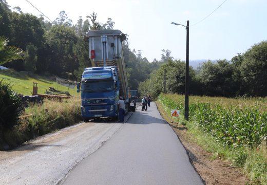 O Concello de Brión está a mellorar o firme de tres estradas de titularidade municipal nas parroquias de Ons, Viceso e Cornanda