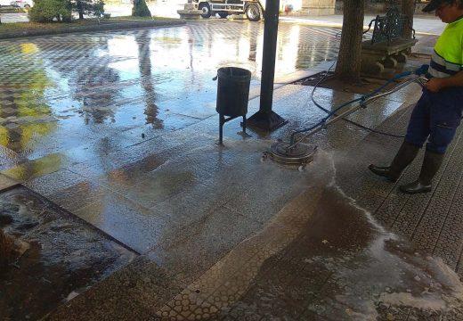 O Concello de Noia acomete unha limpeza a fondo e desinfección da Alameda cun vehículo de auga a presión