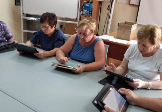 Unha ducia de veciñas de Frades participan na segunda edición do curso gratuíto de manexo de móbiles e tabletas