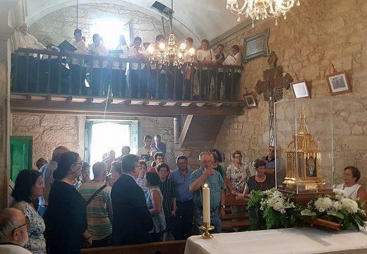 Máis de 500 persoas achegáronse esta tarde a Lestedo para asistiren á visita das reliquias de Santa Bernardita