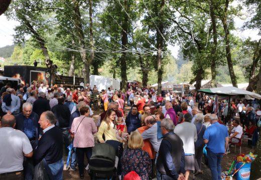 Milleiros de romeiros e devotos de toda Galicia sobrepóñense ao orballo da mañá e compren coas tradicións do Día de Santa Mina