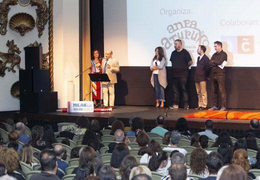 Neira remarca o traballo en equipo da comunidade do CEIP Rosalía de Castro para a creación dun videoclip sobre a non violencia