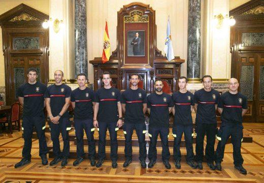 Inés Rey recibe no concello os nove bombeiros de nova incorporación na cidade