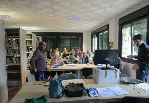 Unha quincena de veciños e veciñas de Frades asisten a unha charla sobre medidas para aforrar na factura da luz