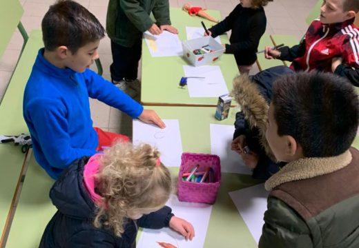 """Os nenos e nenas do programa """"Lousame Concilia"""" decoran a súa aula para o Samaín"""