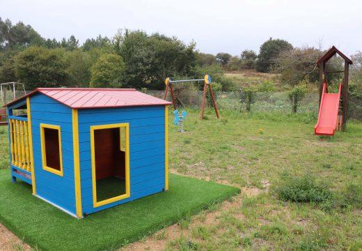 O Concello de Lousame cambia os xogos do parque infantil de Vilacova