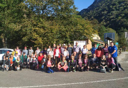 """Cincuenta veciños e veciñas de Frades visitan Asturias para percorrer os 14 km da ruta de sendeirismo """"Senda do Oso"""""""