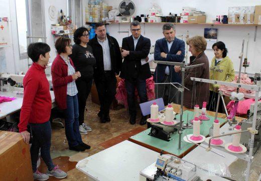 O alcalde de Boqueixón e o delegado territorial da Xunta visitan a cooperativa de confección A Baiuca, en Ponte Ledesma
