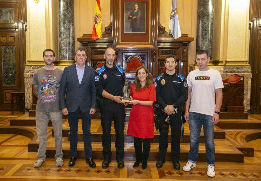 Inés Rey recibe no concello os catro representantes da Policía Local que participaron no Campionato de España BTT