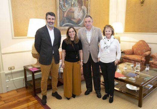 Inés Rey reúnese co alcalde de Oleiros para abordar a continuidade da liña 1A