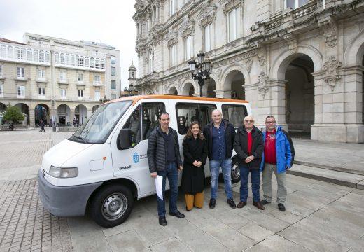 O Concello cédelle unha furgoneta á Asociación Axuda a Superar Enfermidades Raras (ASER) para a recollida de tapóns de plástico