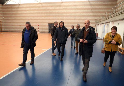 Lete Lasa supervisa o remate das obras do circuíto de calistenia de Santa Comba, o pavillón deportivo de Curtis e a gaiola de lanzamentos de Ordes que xuntas suman máis de 120.000 euros