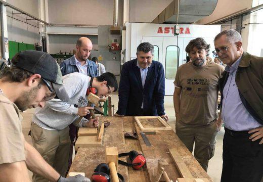 Ovidio Rodeiro visita o obradoiro de emprego de garantía xuvenil de Carballo que forma a 12 alumnos en carpintería e moble