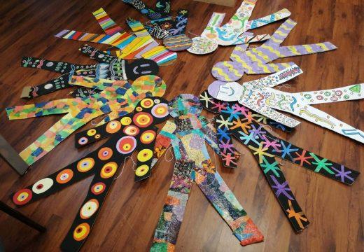 Dez siluetas para representar os principais dereitos dos nenos e nenas no quinto Pleno Infantil do Concello de Boqueixón