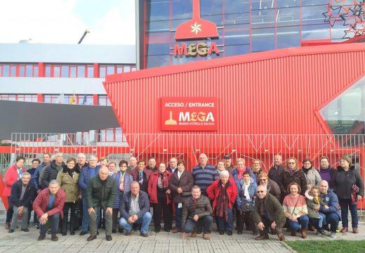 Un total de 45 veciños e veciñas de Frades fan unha visita guiada ao museo de Estrella Galicia e ao Aquarium Finisterrae