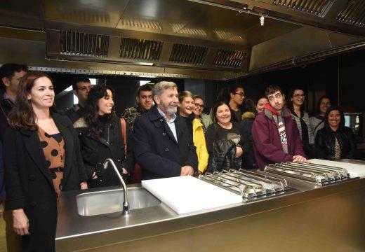 Quince alumnos iniciaron un Obradoiro Dual de Emprego sobre Cociña na nova Escola de Hostalería de Riveira