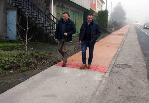 Rematadas as obras dos dous tramos de senda peonil a carón da N-550 que permitiron unir Castrelos co Barreiro en Leira, por un importe de 43.500 euros.