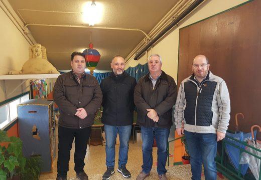 O xefe territorial de Educación visita Frades para coñecer sobre o terreo as necesidades do CPI de Ponte Carreira